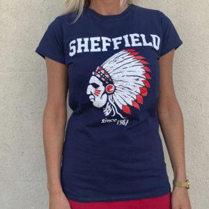 Camiseta de chica color azul con indio en blanco con detalles en rojo.