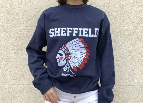 Sudadera de chica de color azul con indio Sheffield en blanco.