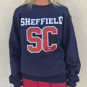 Sudadera azul con Sheffield en blanco y SC en color rojo con borde blanco.